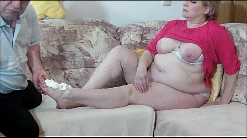 Flauschige Oma Bibi Pink lässt sich von Oma Ficker die Füße lecken