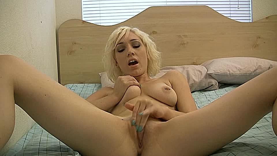 blondine streichelt ihre muschi