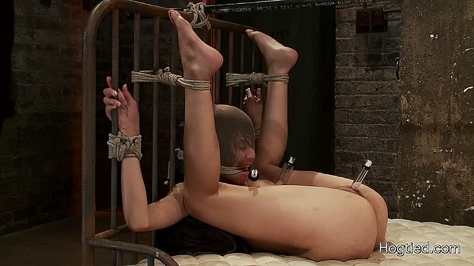 Frau nackt gefesselt und gefoltert