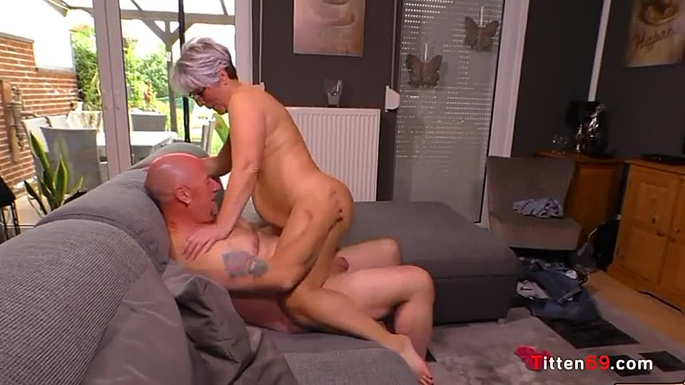 Nackt sofa paare auf dem Geiler Fick